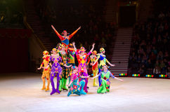 Excursão do circo de Moscou no gelo Acrobatas com cordas de salto Imagens de Stock Royalty Free