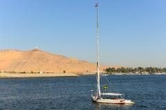 Excursão no egípcio do felucca do Nilo do rio imagens de stock royalty free