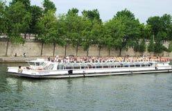Excursão no rio Sena. Fotos de Stock Royalty Free