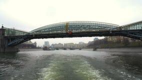 Excursão Sightseeing do rio de Moscou pelo barco da flotilha de Radisson vídeos de arquivo