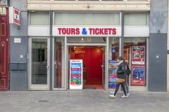 Excurs?es & bilhetes do quadro de avisos na rua de Reguliersbreestraat em Amsterd?o os Pa?ses Baixos 2019 imagem de stock