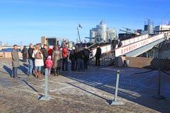 Excursões de espera à Aurora do cruzador, St Petersburg, Rússia Imagens de Stock