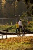 Excursión de la familia en el parque Fotos de archivo