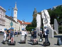 Excursión por los segways en Viena, grupo de personas con la guía foto de archivo libre de regalías