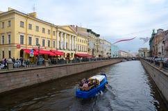 Excursieboot op Griboyedov-Kanaal, St. Petersburg, Rusland Stock Foto