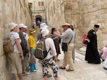 Excursiegroep vóór de tempel van de Doodskist van Lord op Mo Stock Afbeeldingen