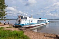 Excursieschip op het Valday-meer dichtbij het Iversky-Klooster binnen Stock Foto