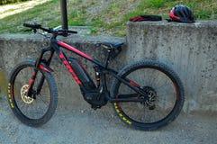 Excursion avec le vélo de montagne avec pédaler électriquement aidé photos stock