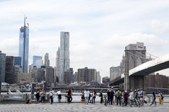 Excursion de vélo avec le guide touristique sous le pont de Brooklyn Photographie stock libre de droits