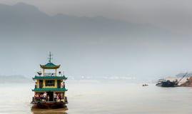 Excursion les voiles de bateau sur le fleuve Yangtze Photographie stock libre de droits