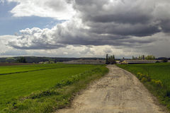 Excursion sur le terrain à la ferme et aux nuages photographie stock libre de droits