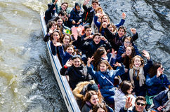 Excursion sur le terrain des adolescents sur le bateau à Bruges Photo libre de droits