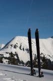 Excursionar esquis sticked na neve fresca profunda com m Foto de Stock