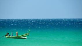 Excursiones del barco que flotan en el mar de playas tropicales en un día soleado metrajes