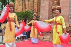 Execução de uma dança popular tradicional do champa no templo de Ponagar em Nha Trang fotografia de stock