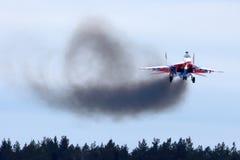 A execução do lutador de jato de MiG-29UB circunda o exercício na base da força aérea de Kubinka Imagem de Stock Royalty Free