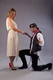 Execução do mosquete da mulher do ajoelhamento do homem Imagens de Stock Royalty Free