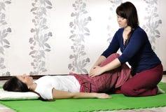 Execução técnica da massagem tailandesa imagem de stock royalty free