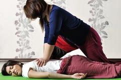 Execução técnica da massagem tailandesa fotografia de stock