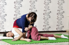 Execução técnica da massagem tailandesa fotos de stock
