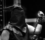 Executioner με τη μαύρη κουκούλα στο κεφάλι του και την αλυσίδα Στοκ φωτογραφία με δικαίωμα ελεύθερης χρήσης
