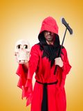 Executioner στο κόκκινο κοστούμι με το τσεκούρι στο λευκό Στοκ Φωτογραφίες
