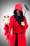 Executioner στο κόκκινο κοστούμι με το τσεκούρι Στοκ Φωτογραφία