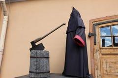Executioner στο φραγμό με το τσεκούρι Στοκ φωτογραφία με δικαίωμα ελεύθερης χρήσης