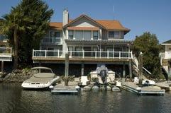 Executive hus på vattnet fotografering för bildbyråer