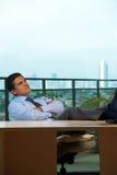 executive latinamerikan som ser reclining tänka upp Arkivfoto