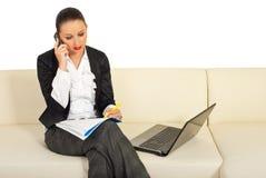 Executivfrau, die durch Telefonmobile spricht Stockfotos