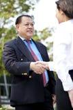 Executivo asiático fêmea novo e homem de negócios asiático superior que agitam as mãos Foto de Stock Royalty Free
