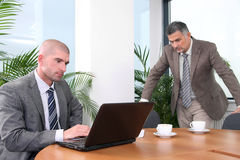 Executivo com colega novo imagens de stock royalty free
