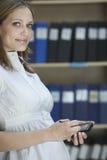 Executivo com parte superior da palma na sala de armazenamento do arquivo Imagens de Stock Royalty Free