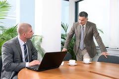 Executivo com seu colega fotografia de stock