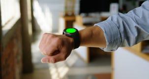 Executivo com seu smartwatch 4k filme