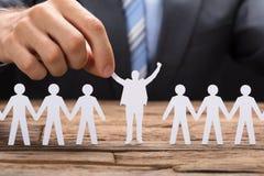 Executivo de Holding Successful Paper do homem de negócios entre Teamchain imagens de stock royalty free