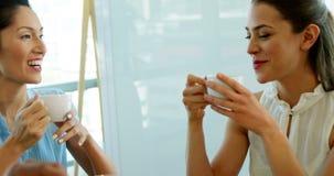 Executivo de sorriso que interage ao ter uma xícara de café filme