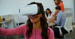 Executivo de sorriso que usa auriculares da realidade virtual video estoque