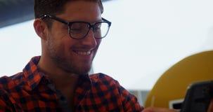 Executivo de sorriso que usa o telefone celular vídeos de arquivo