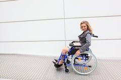 Executivo em uma cadeira de rodas fotografia de stock