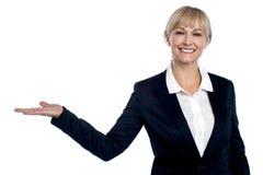 Executivo empresarial alegre que apresenta a área de espaço da cópia Foto de Stock