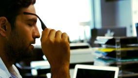 Executivo empresarial cansado que dorme em sua mesa video estoque