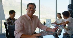 Executivo empresarial caucasiano maduro que trabalha na tabuleta digital no escritório moderno 4k filme