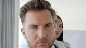 Executivo empresarial com sócios close-up, retrato da equipe bem sucedida do negócio, cara do negócio, video estoque