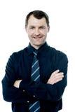 Executivo empresarial cruzado de sorriso dos braços foto de stock royalty free
