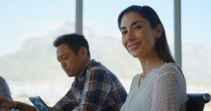 Executivo empresarial fêmea caucasiano que trabalha na tabuleta digital no escritório moderno 4k filme