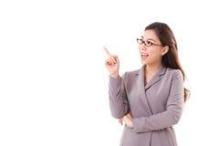 Executivo empresarial fêmea feliz, mulher de negócio que aponta acima Foto de Stock Royalty Free