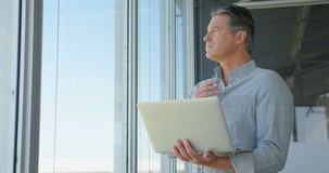 Executivo empresarial masculino caucasiano que trabalha no portátil no escritório moderno 4k video estoque
