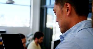 Executivo empresarial masculino que usa a tabuleta digital filme